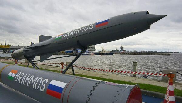 Indiyskaya raketa Brahmos - Sputnik Oʻzbekiston