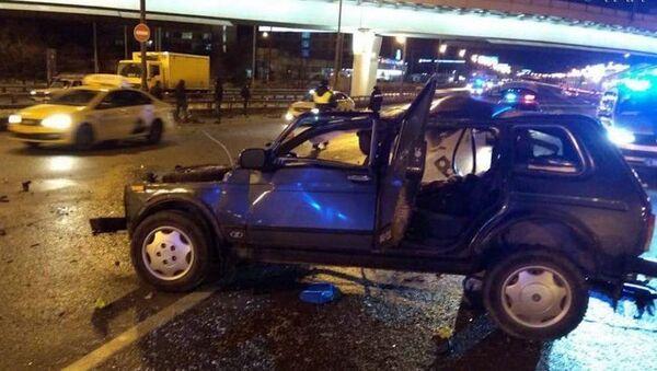 Автомобиль Нива после столкновения на Можайском шоссе - Sputnik Ўзбекистон
