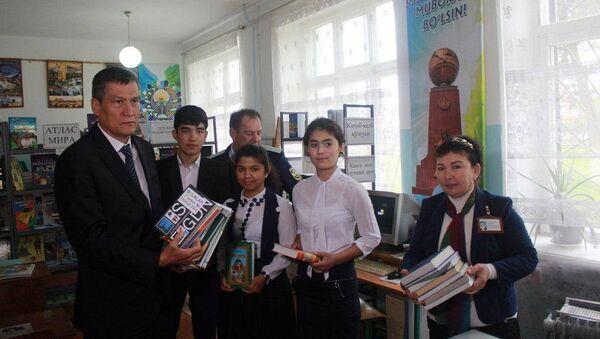 Алмалыкский горно-металлургический комбинат подарил учебники - Sputnik Ўзбекистон