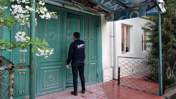Сотрудник Бюро принудительного исполнения проводит рейд по адресам должников - Sputnik Узбекистан