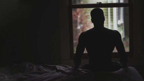 Мужчина сидит в постели - Sputnik Ўзбекистон