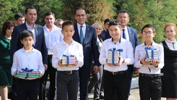 Филиал Университета Губкина в Ташкенте передал более 150 экземпляров учебников школам города  - Sputnik Узбекистан