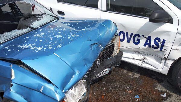 В Коканде попал в ДТП автомобиль, подаренный президентом страны отцу тройняшек - Sputnik Ўзбекистон