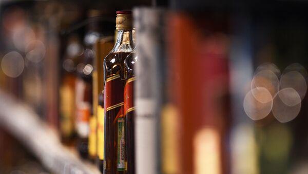 Бутылки с виски на полках - Sputnik Узбекистан