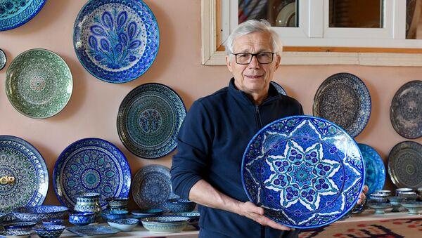 Мастер-керамист из Риштана Рустам Усманов в мастерской - Sputnik Узбекистан