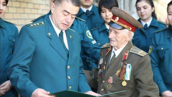 Иван Павлович Митякин принимает поздравления со 100-летним юбилеем - Sputnik Узбекистан