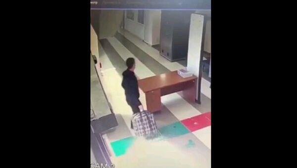 Веселое утро таможни: мужчина попал в багажный сканер - видео - Sputnik Узбекистан