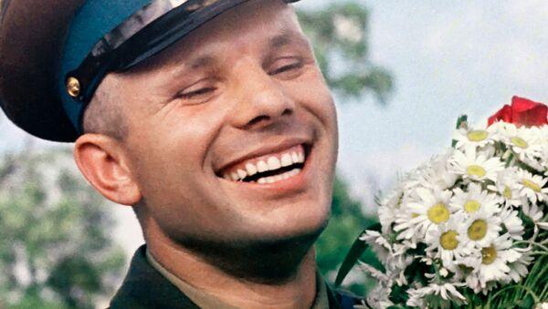 Летчик-космонавт СССР Юрий Гагарин с букетом ромашек - Sputnik Узбекистан