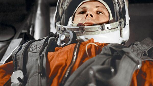 """Летчик-космонавт Юрий Гагарин в кабине космического корабля """"Восток"""" - Sputnik Узбекистан"""