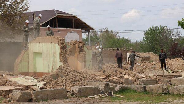 В Джизакской области в рамках реализации проекта Благоустроенное село сносят старые дома - Sputnik Ўзбекистон