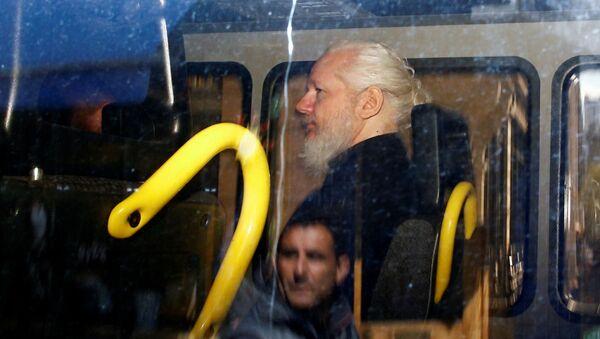 Osnovatel WikiLeaks Djulian Assanj v politseyskom furgone posle togo, kak britanskaya politsiya arestovala yego v posolstve Ekvadora v Londone - Sputnik Oʻzbekiston