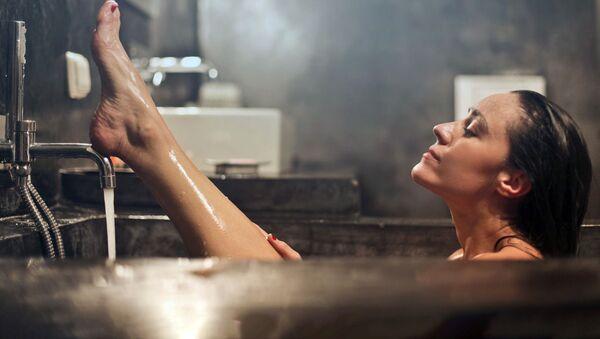 Девушка принимает ванну - Sputnik Ўзбекистон