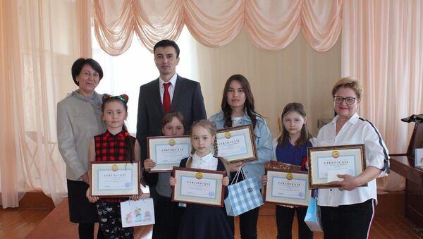 Генконсул Узбекистана Абдусалом Хатамов наградил участников детской биеннале - Sputnik Узбекистан