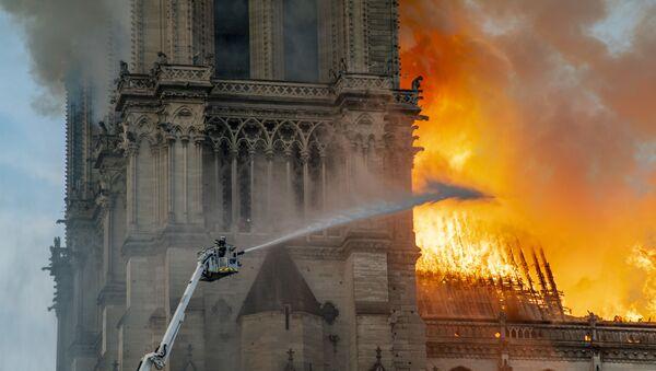 Пожар в соборе Парижской Богоматери - Sputnik Ўзбекистон