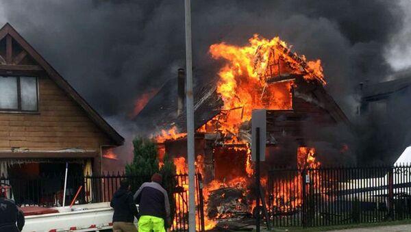 Пилот и пятеро пассажиров небольшого самолета погибли, упав на дом в городе Пуэрто-Монт, Чили - Sputnik Узбекистан