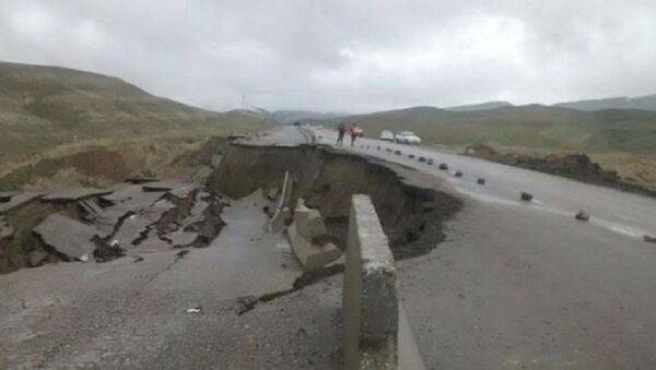 В Кашкадарье обвалилась дорога из-за дождей - Sputnik Узбекистан
