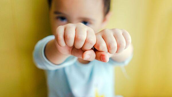 Мальчик сжимает кулаки. Иллюстративное фото - Sputnik Ўзбекистон
