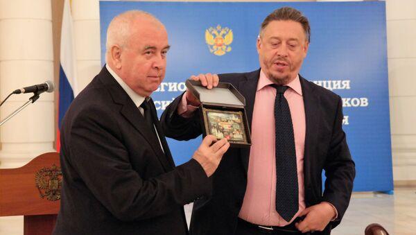 Председателю Русского культурного центра Узбекистан Сергею Миронову было вручена палехская миниатюра и грамота о благодарности от Московского дома соотечественников - Sputnik Узбекистан