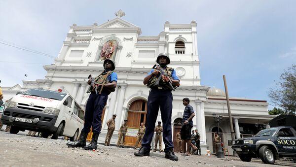 Шри-ланкийские военные возле места взрыва в Коломбо, Шри-Ланка - Sputnik Узбекистан