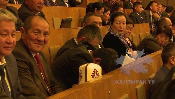 Чиновники спали во время выступления Жээнбекова - Sputnik Ўзбекистон