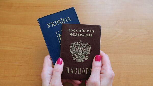 Паспорта гражданина Российской Федерации и гражданина Украины - Sputnik Ўзбекистон
