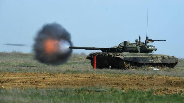 Танк Т-90 во время учений мотострелковых, танковых и артиллерийских подразделений 20 отдельной мотострелковой бригады 8 общевойсковой армии на полигоне Прудбой в Волгоградской области - Sputnik Ўзбекистон