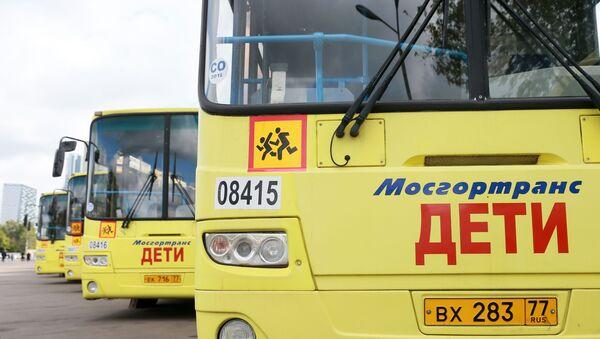 Автобус со знаком Дети - Sputnik Ўзбекистон