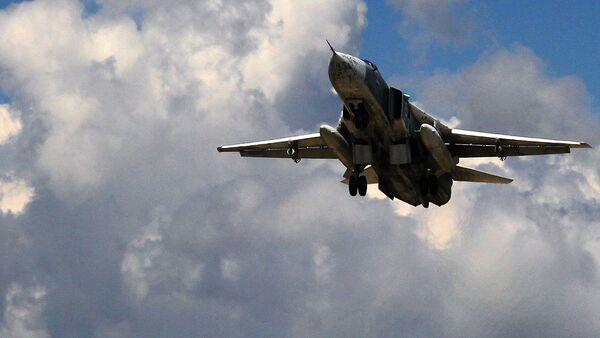 Российский бомбардировщик Су-24 взлетает из аэропорта Латакии в Сирии - Sputnik Узбекистан