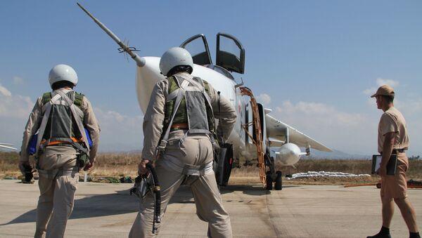 Российские летчики перед полетом у самолета Су-24 - Sputnik Узбекистан