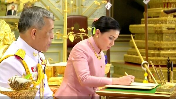 Король Таиланда Маха Вачиралонгкорн (Рама Х)  сочетался браком с генералом и начальником своей службы охраны Сутхидой Вачиралонгкорн.  - Sputnik Узбекистан