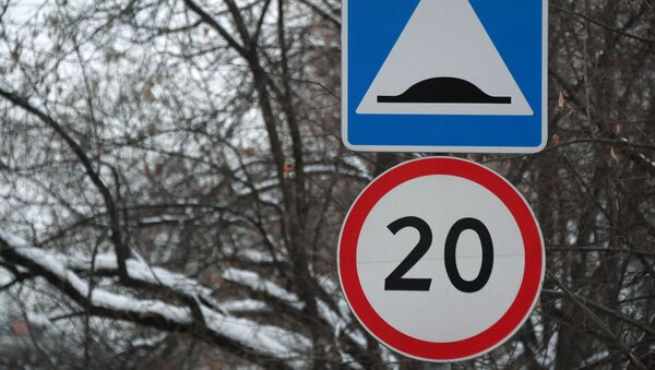 Дорожные знаки Искусственная неровность и Ограничение скорости - Sputnik Узбекистан