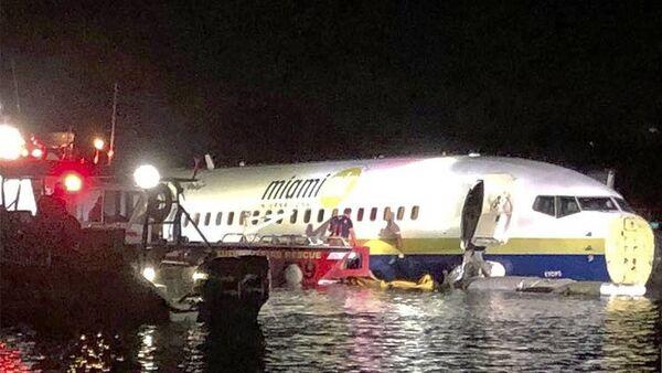 Пассажирский Boeing 737 съехал в реку после посадки во Флориде - Sputnik Узбекистан