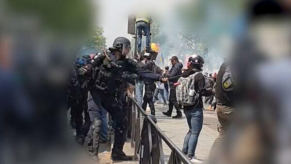 Kадры избиения журналистки МИА Россия Сегодня парижской полицией - Sputnik Ўзбекистон