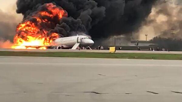В Шереметьево загорелся пассажирский самолет. Съемка очевидца - Sputnik Ўзбекистон