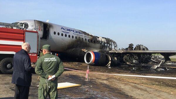 Обгоревший фюзеляж самолета компании Аэрофлот Sukhoi Superjet-100 - Sputnik Ўзбекистон