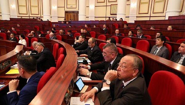Коммерческие банки под защитой депутатов: новые поправки в проект закона - Sputnik Узбекистан