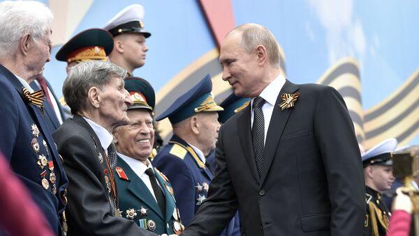 Президент РФ В. Путин и премьер-министр РФ Д. Медведев на военном параде в честь 74-й годовщины Победы в ВОВ - Sputnik Узбекистан