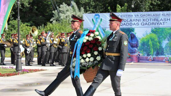 Возложение цветов к памятнику генерала Собира Рахимова - Sputnik Узбекистан