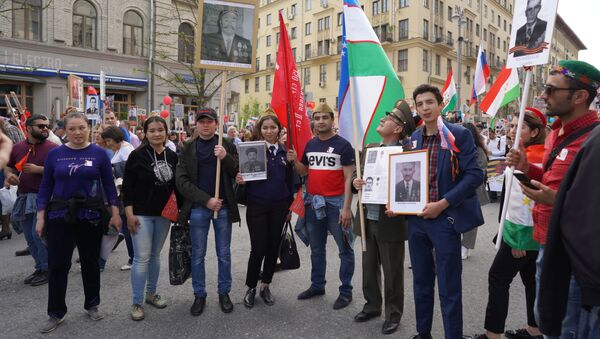 Гости из Узбекистана во время акции Бессмертный полк в Москве - Sputnik Узбекистан