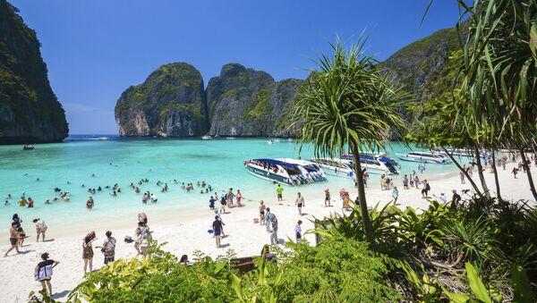 Turistы na plyaje Maya bay na ostrovax Pxi-Pxi v Tailande  - Sputnik Oʻzbekiston