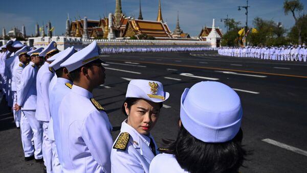 Служащие в ожидании прибытия короля Таиланда Маха Вачиралонгкорн на его коронацию в Бангкоке - Sputnik Ўзбекистон