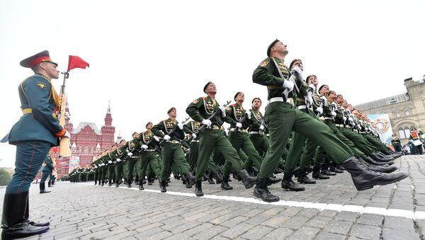 Военнослужащих парадных расчетов на военном параде, посвященном 74-й годовщине Победы в Великой Отечественной войне - Sputnik Ўзбекистон