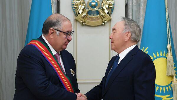 Nazarbayev nagradil Alishera Usmanova ordenom Dostыk - Sputnik Oʻzbekiston