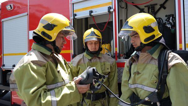 Будни узбекских пожарников. Кстати, общий вес комплекта экипировки достигает в среднем 35-45 кг - Sputnik Ўзбекистон