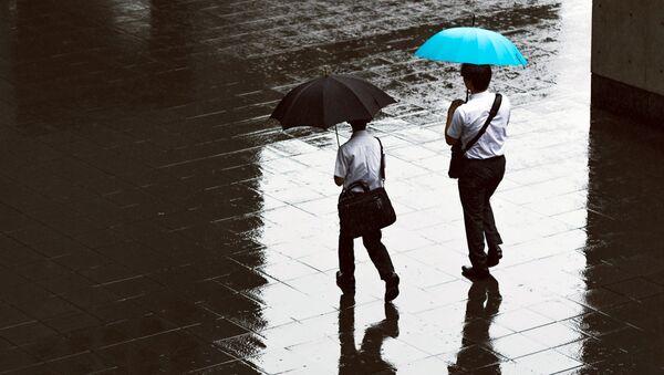 Люди идут с зонтами под дождем - Sputnik Узбекистан
