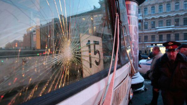 Разбитое стекло автобуса. Архивное фото - Sputnik Узбекистан