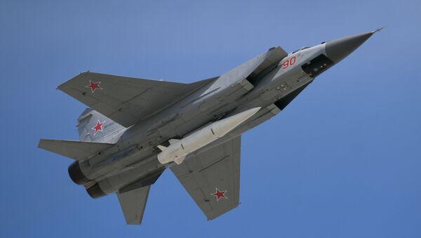 Mnogotselevoy istrebitel MiG-31 s giperzvukovoy raketoy Kinjal  - Sputnik Oʻzbekiston
