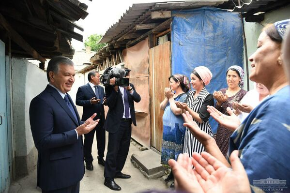 Shavkat Mirziyoyev Andijondagi eski mahallalardan birida - Sputnik Oʻzbekiston
