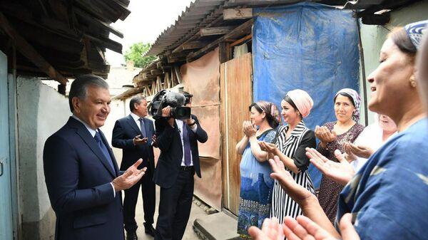 Prezident Shavkat Mirziyoyev v xode poyezdki v Andijanskuyu oblast posetil staruyu maxallyu v gorode Andijane - Sputnik Oʻzbekiston