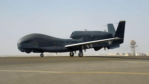 Strategicheskiy razvedыvatelnыy bespilotnыy letatelnыy apparat VVS SSHA RQ-4 Global Hawk    - Sputnik Oʻzbekiston